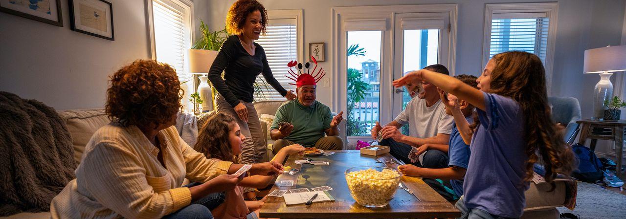 Une famille rassemblée à l'intérieur d'une propriété de vacances Vrbo.