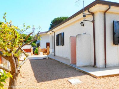 Photo for Delightful independent villa just 300 meters from the sea