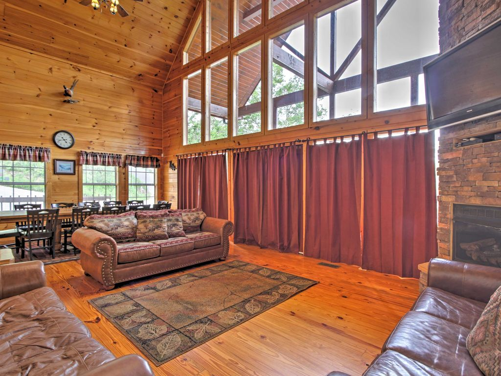 4br cabin w hot tub home theater in gatlinburg for Cabin in gatlinburg with hot tub