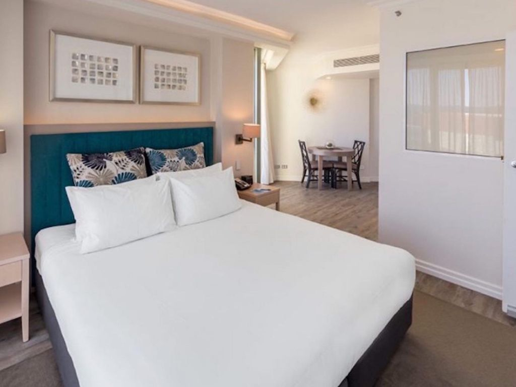 Picture of: 2 B Room Apt Sleeps 6 2 King Beds 1 Foldout Sofa Bed Suitable For Children Only Surfers Paradise