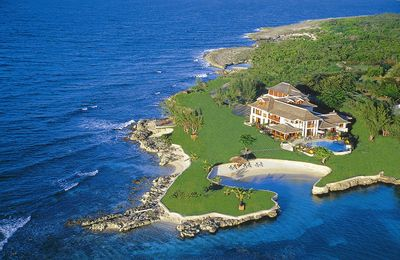 Photo for Dazzling Beachfront Estate, Fully Staffed, Kayaks, Offshore Reef, AC, Free Wifi, Pool