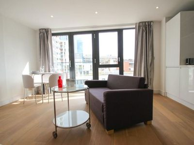 Photo for Spacious Aldgate East Studio apartment in Tower Hamlets with WiFi & lift.