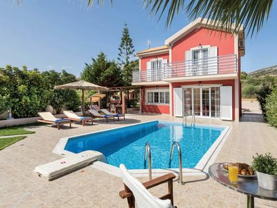 Photo for Open-plan villa with a pool, Wi-Fi and all modern comforts close to town and beach