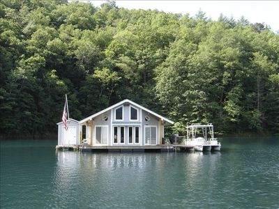 Photo for Floating Lakehouse Lake Fontana -2 bedrooms 2 queen size beds In Loft