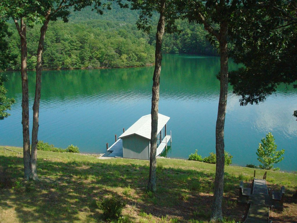 Affordable Waterfront Cottage Near Base Of Smith Mountain