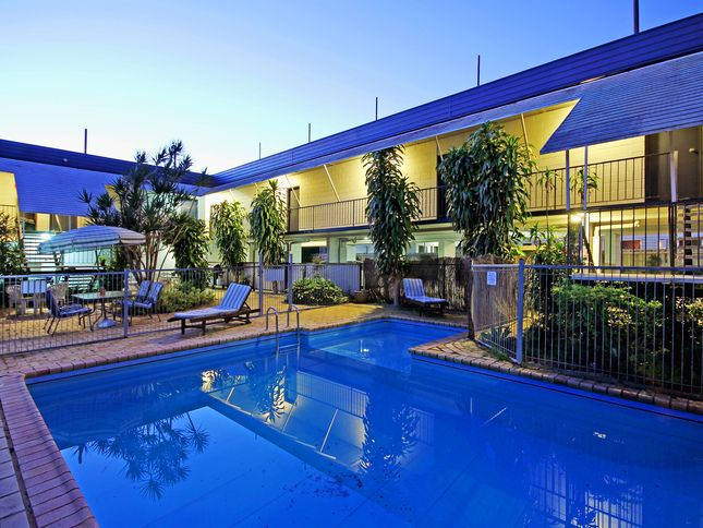 Airway motel closest 3 5 star motel to the airport 1 br for Nearest 5 star hotel
