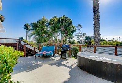 Oversized deck for lounging, bbq, and private (!) hot tub ... with ocean view!