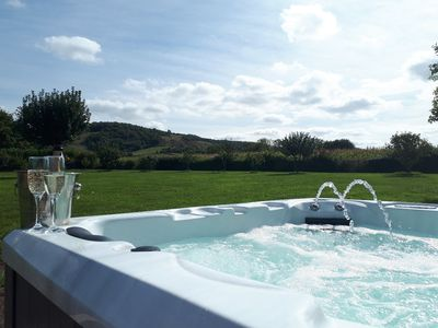 Photo for Large Luxury Cottage with hot tub, 2 mins 2 pub, BBQ, Badminton, Splash pool.
