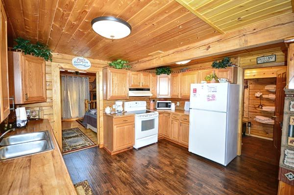Property Image#4 Bear Mountain Hideaway Cabin In Pigeon Forge With Pool  Table, Hot