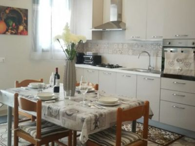 Photo for Modern home w / wifi + air with + 10 min from airport