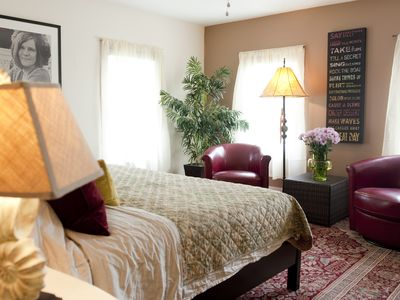 So Romantic! 'THE PENTHOUSE' in Woodstock, Walk EVERYWHERE, SLEEPS 2
