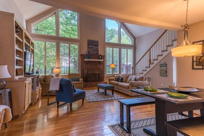 Chalet Retreat living with soaring windows in Nashville! Casual comfort and close to everything!