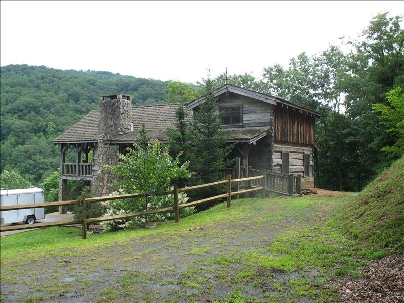 Newly built authentic log cabin in the blue ridge for Log cabin blue mountains