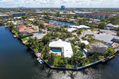 The house is ideally located on the Intracoastal Waterway.