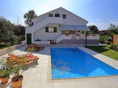 Photo for Charming villa with private swimming pool, nice garden, roofed terrace, garage