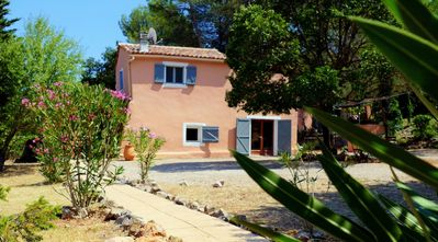 Photo for Quiet and isolated house in the heart of the vineyards in Provence