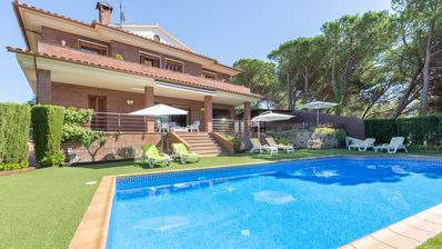 Photo for 4 bedroom Villa, sleeps 8 with Pool, Air Con, WiFi and Walk to Shops