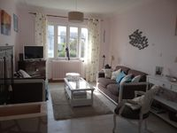 Comfortable house, quiet community with shops nearby