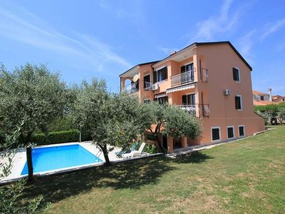 Photo for Apartment with large pool, barbecue, sun terrace and five parking lots