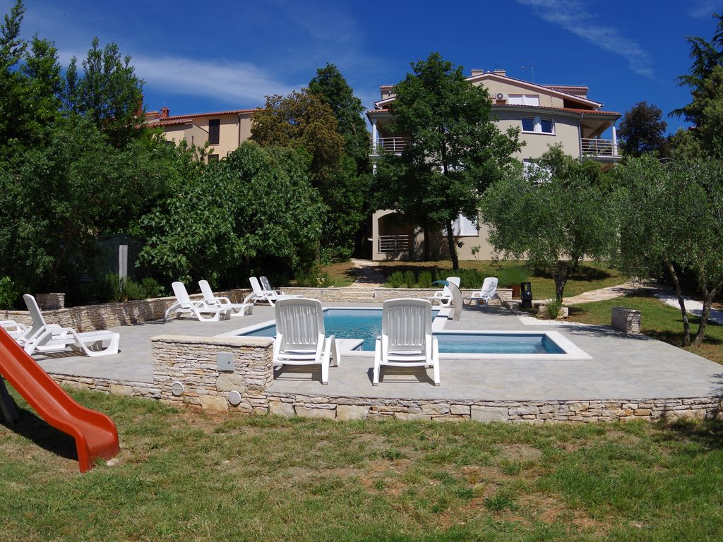 Family house with 12 apartments, shared pool and bbq, 200m from the beach
