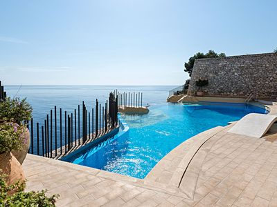 "Photo for ""R"" Apartment, sea view, garden, common pool, rocky beach"