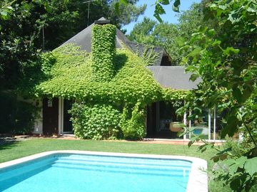 Mountain Cottage by the lake, garden, private swimming-pool, internet wi-fi