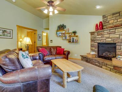 Photo for Peaceful mountain hideaway w/ gas fireplace, large back patio & modern comforts