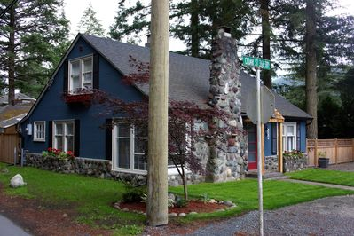 Cutest cottage at the lake. Originally built in the 1940s & renovated in 2016.
