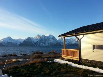 Holiday house with breathtaking panoramic view of the mountains, directly by the fjord