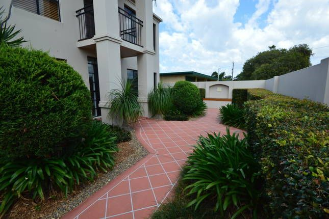 LARGE FAMILY HOME - SHORT WALK TO BROADBEACH