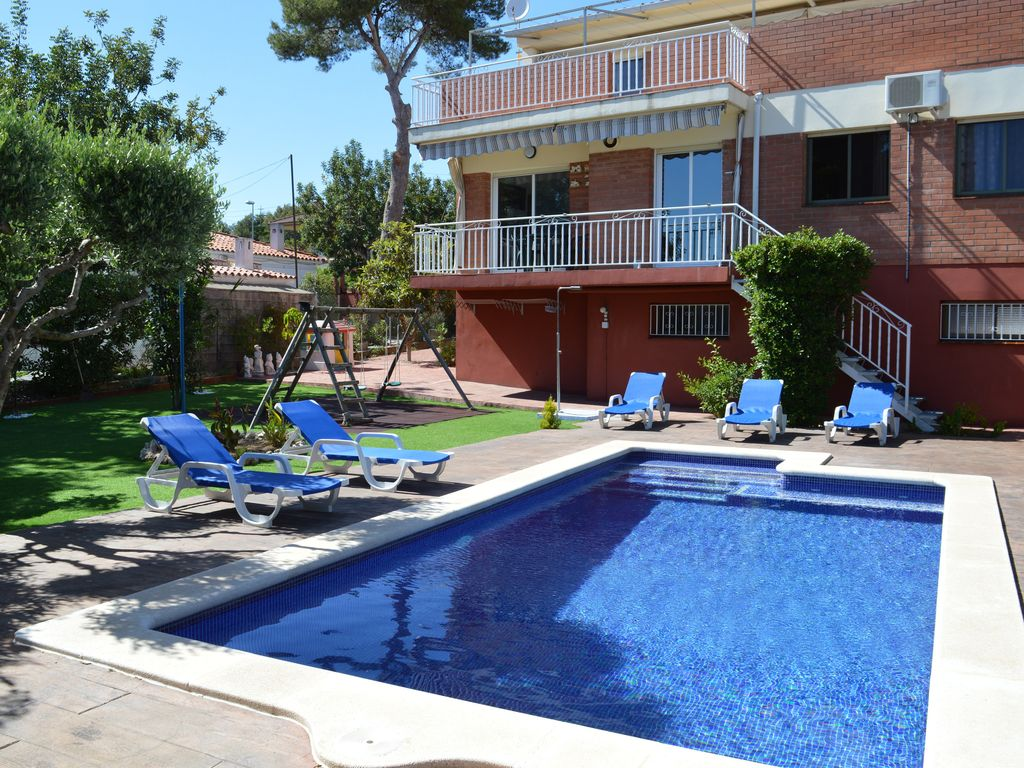 Casa con piscina barbacoa jard n wifi aire homeaway for Jardines con barbacoa