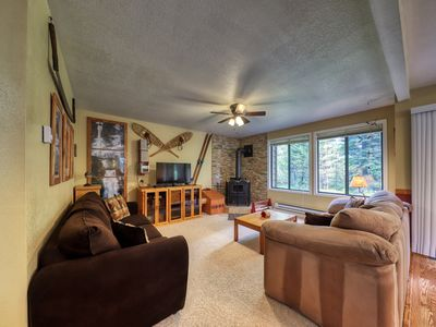 Cozy mountain condo w/ shared pools, hot tub, sports courts - ski & lake access