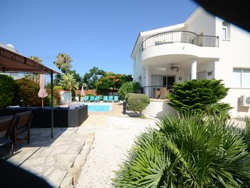 Luxury Spacious Villa Private Pool + WIFI  Prime Location Only 100m To Amenities
