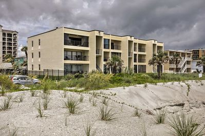 There are accommodations for 4 guests to enjoy their beach getaway.