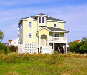 Beautiful newer home. Conveniently walkable to Beach/Shopping/Dining.