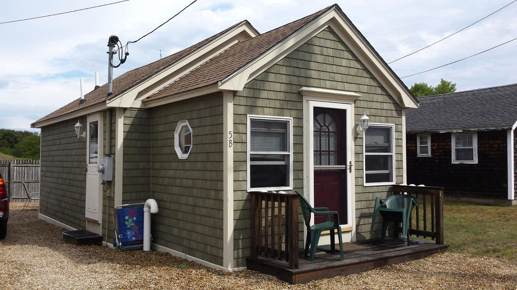 Quintessential Cozy Cottage Just Minutes From The Beach! (5B PIBLVD)   One  Bedroom Cottage, Sleeps 4