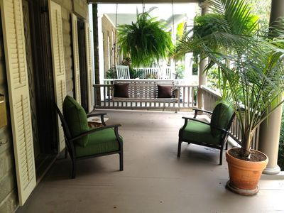 Front Porch overlooking Hall Street. Porch Swing! Classic Savannah Relaxation.