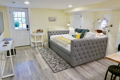 Charming tufted queen bed, pulls out to reveal an additional twin mattress