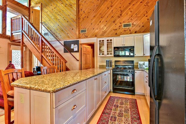 Summit Escape Lodge - Hot Tub and WiFi.  Walking Distance to the Ski Resort!