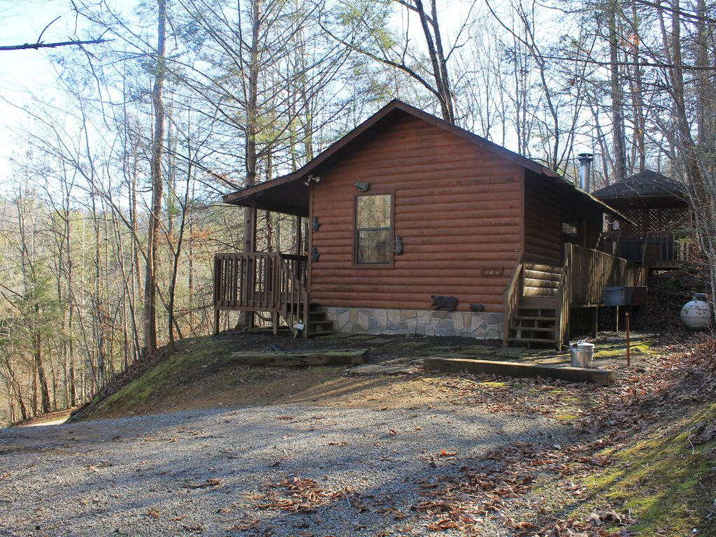 Special private cabin getaway cozy fireplace hot tub for Private cabin rentals in tennessee