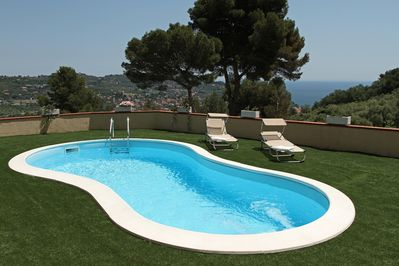 Piscina riscaldata e vista mare. Heated swimming-pool and see view.
