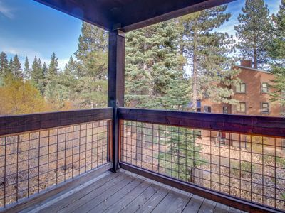 Photo for Cozy condo w/ shared pool, hot tub, sauna - onsite golf, lifts .5 miles away!