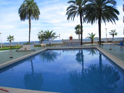 Swimming pool - access to the beach