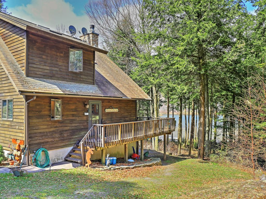 Adirondack style 3br stamford home w floating dock for Adirondack style homes