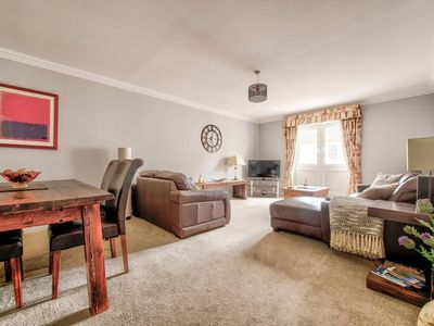 Photo for Gorgeous 3 bd City Centre Apt with Parking