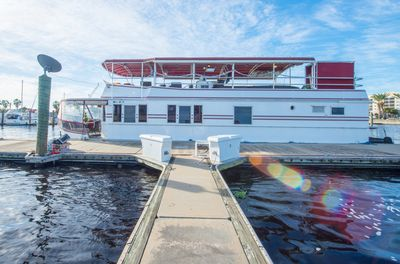NOT YOUR TYPICAL HOUSEBOAT: 60 FEET OF LUXURY - Sanford