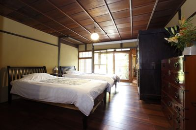 Twin bedroom facing the traditional garden