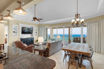 Spectacular 3-bedroom penthouse condo with seasonal beach chairs for 2