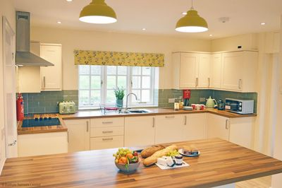 Meadow View - breakfast bar and kitchen