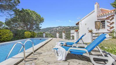 Photo for Villa con piscina in zona tranquila